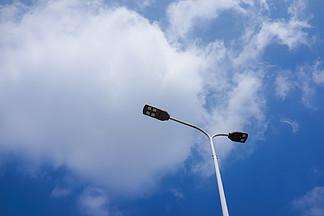 藍天白云下的路燈