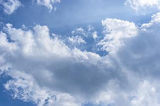 陽光透過藍天白云直射我心