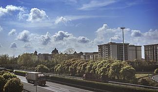 藍天白云下的通車公路膠片風