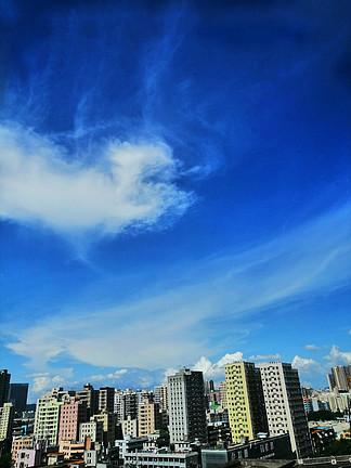 藍天白云攝影圖城市建筑高樓心形云朵