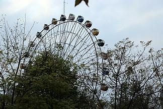 秋日游樂園摩天輪側面景圖