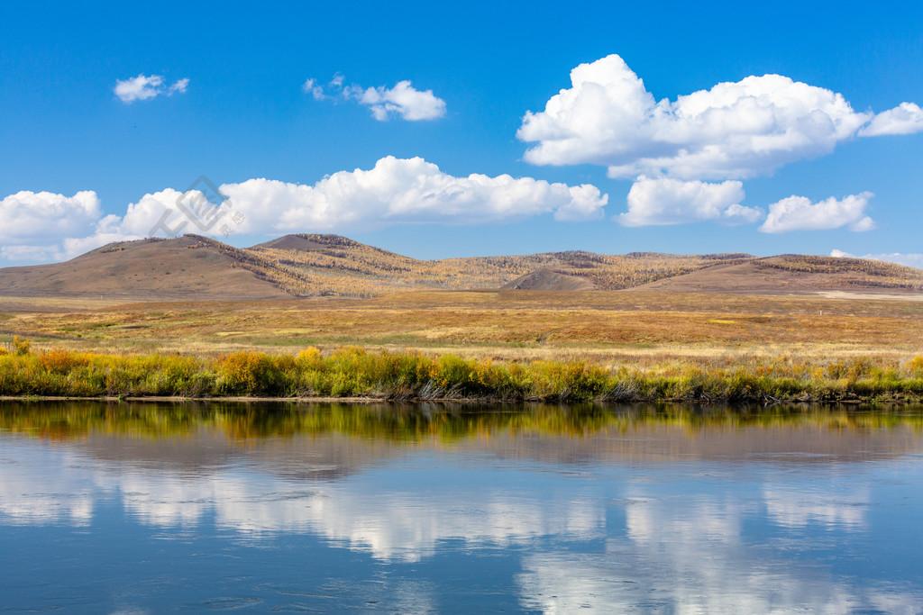 藍天白云下的秋季草原風光