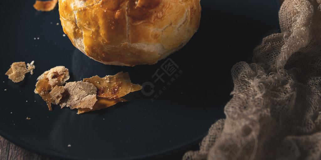 美食甜品小吃蛋黃酥暗調豎版正視圖