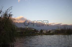 山水之间傍晚的湖岸线