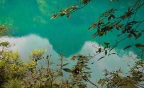 平静的水面薄荷绿湖水青山绿水曼妙自然