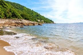 夏日海边山边的沙滩自然风景高清摄影图