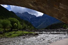 河流高山拱桥风景自然