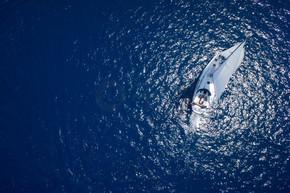 对在刮风的日子在大海中航行的游艇的惊人观点。无人机视图-鸟眼