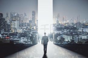 年轻商人走向明亮差距在抽象室内与城市夜景照明的背影。明亮的未来概念。二次曝光