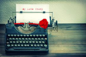 白皮书与红色玫瑰花的老式打字机。爱 St