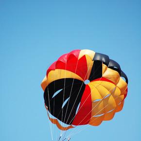 多彩色降落伞在天空