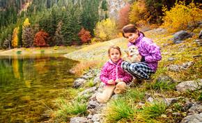 徒步旅行黑湖,杜尔米托尔的两个小女孩