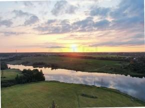 日落河的空中风景. 秋天的黎明时分,无人机飞过了这条河。 水面上的雾.