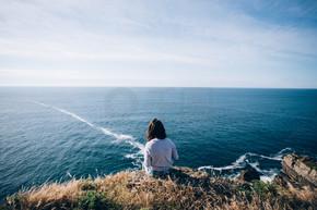 女人坐在悬崖上