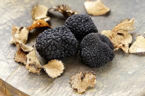 昂贵的稀有黑块菌蘑菇-美食蔬菜