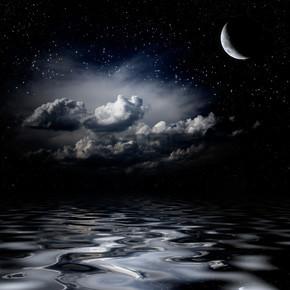 晚上天空星星反映在海中