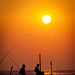 传统的高跷渔民在日落 nea 的剪影