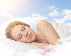 美丽的年轻女子,睡在天空中的云彩
