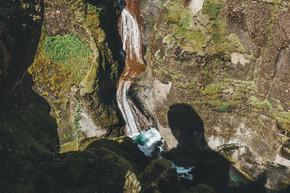 冰岛 Fjadrargljufur 峡谷中以阳光照射的河流鸟瞰图