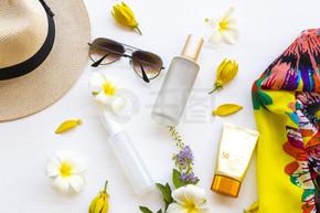 防晒霜Spf50,胶原蛋白水雾,护肤护肤护肤护肤霜,黄巾,太阳镜,生活方式的帽子女人在白衣上摆平