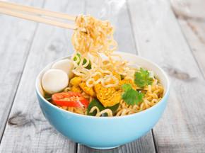 στιγμια?α noodles ζεστ? και πικ?ντικο κ?ρυ