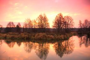 深秋河上的日出