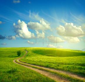 夏天风景与绿草、 路和云