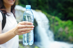 瓶的清澈的水