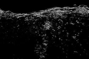 在一个黑色的水面