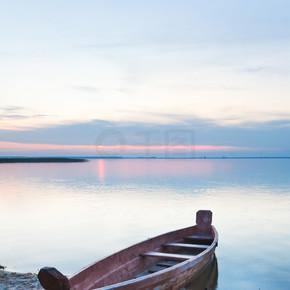 夕阳与夏天湖岸附近的小船