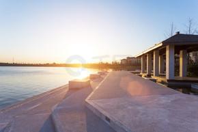 日落的天际线附近度假村湖畔