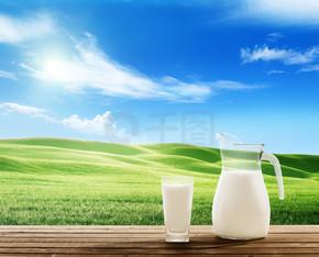 牛奶和阳光明媚的春天字段