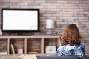 看电视的女人