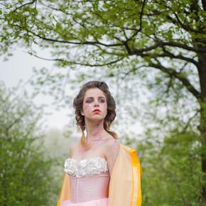 迎接夏天的到来。自然之美和水疗疗法。春天。天气预报。夏天的女孩在开花的树。春天时装化妆的女人。面部和护肤品。妇女的健康。对花过敏