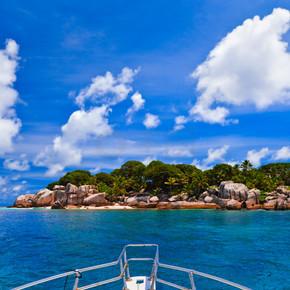 热带岛屿和船