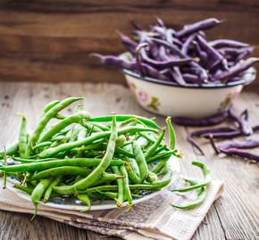灰色的木桌,干净吃生紫色和绿色豆