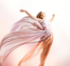 美丽的女孩在吹裙子飞