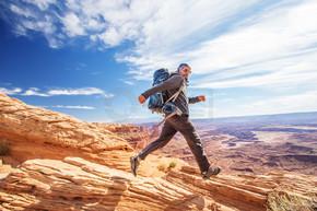 徒步旅行者在美国犹他州峡谷地国家公园