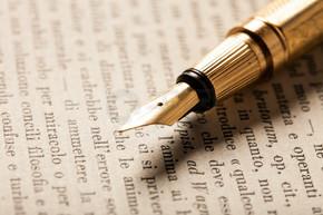 在一本书上的钢笔