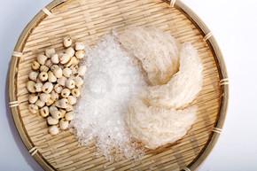 鸟的巢或 salanganes 与白色背景上的莲花豆