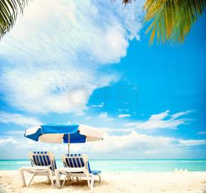 度假和旅游的概念。上天堂海滩日光浴床