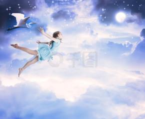 蓝蓝的夜天空飞行的小女孩