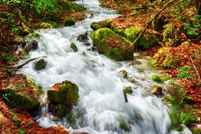 秋天在青苔石中山河的壮丽景色