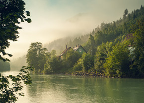 阿尔卑斯山和雾的清晨的太阳