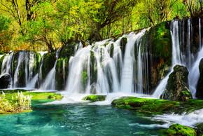 壮观的瀑布和水晶般清澈蔚蓝湖