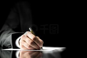 商人签署一份文件