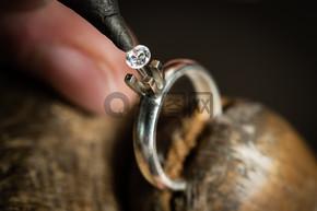男人 Measuring 大小的钻石.