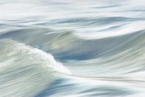 河流动的波浪