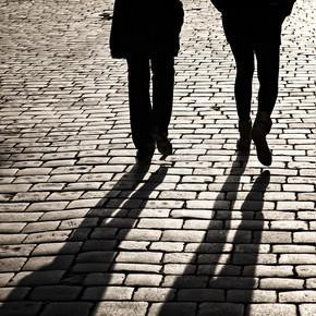 走在街道的阴影