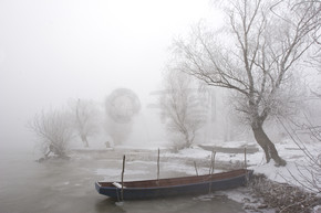 传统的捕鱼船在冬季
